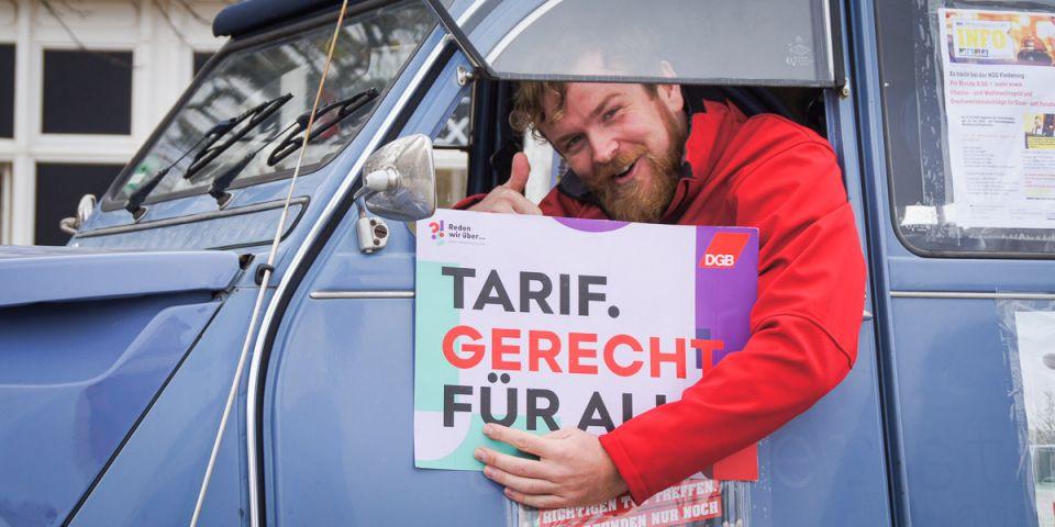 """Tarif. Gerecht. Für alle.: DGB-Regionsgeschäftsführer Fabian Scheller in der """"Kampagnen-Ente"""" der NGG."""