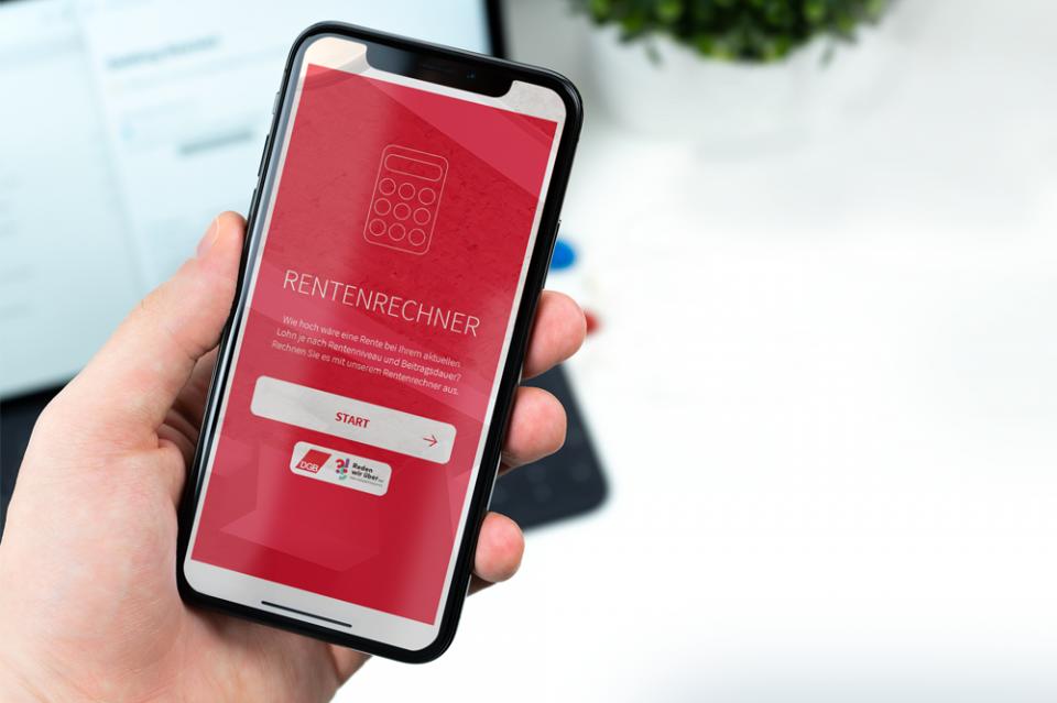 Smartphone in einer Hand: Auf dem Bildschirm DGB-Rentenrechner
