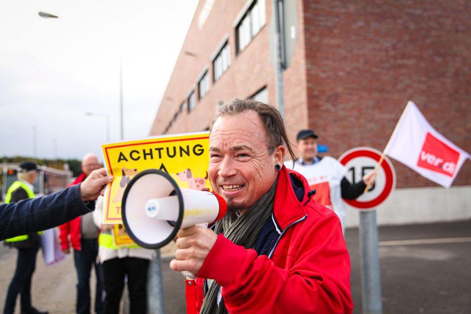 Der DGB-Kreisverband Krefeld hat vor dem Werkstor des Heimtierbedarf-Herstellers Fressnapf ein Zeichen für Tarifbindung und Mitbestimmung gesetzt.