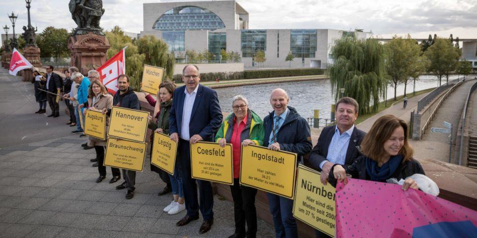 Menschenkette: Wohnen ist Menschenrecht