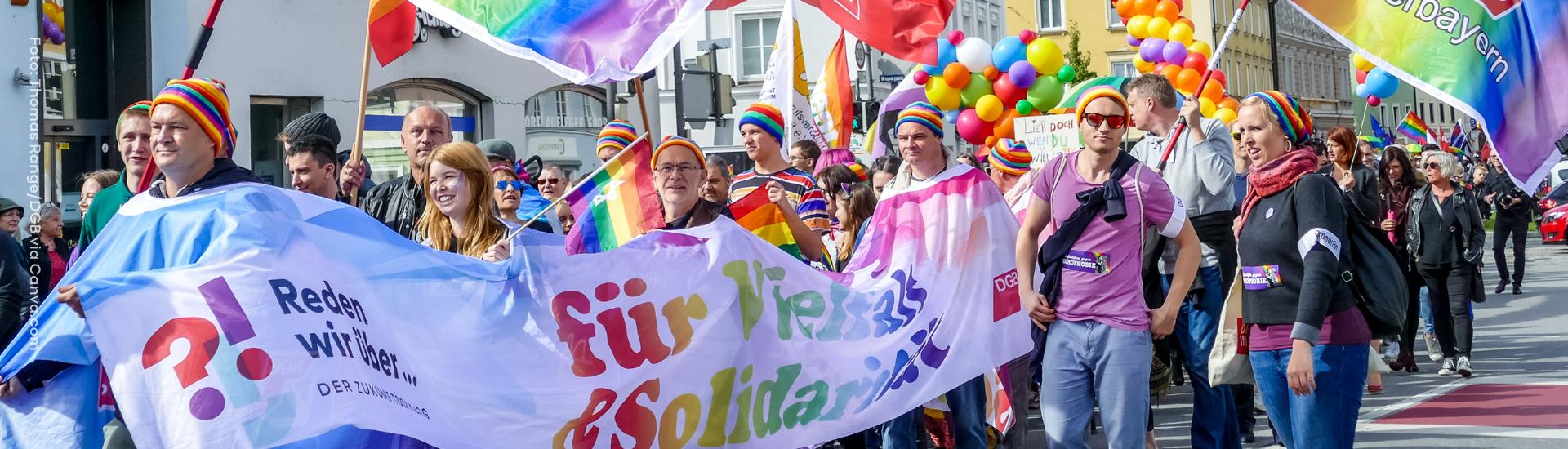 Menschen demonstrieren für die Rechte Queerer Personen