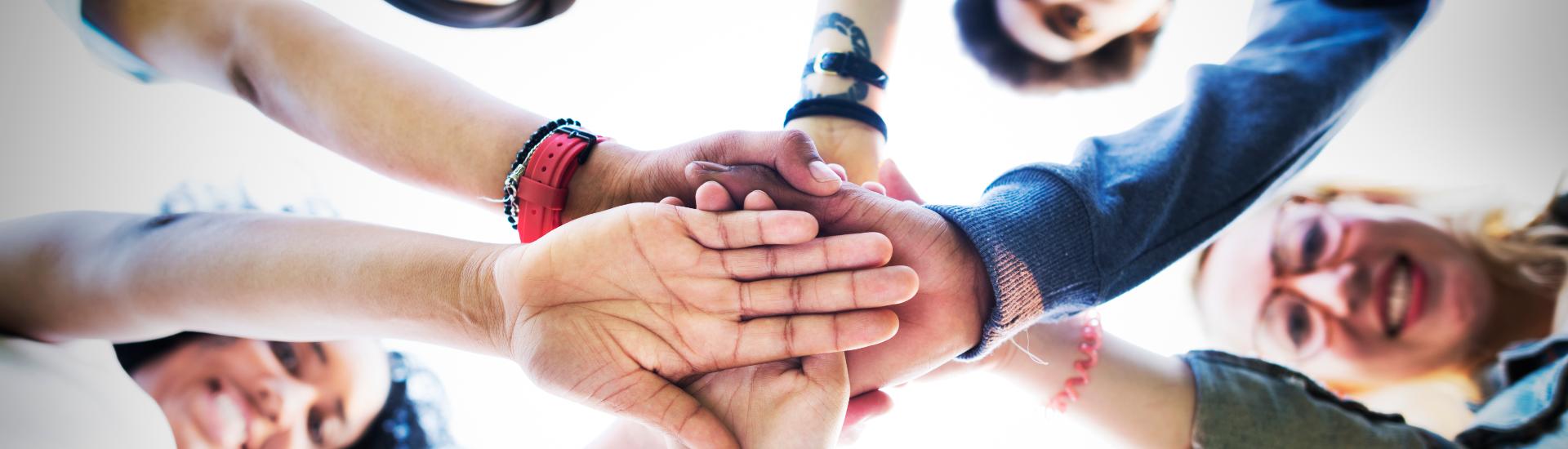 Menschen halten Hände zusammen