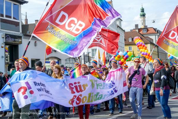 CSD-Parade in Landshut mit Regenbogenfahne mit DGB-Logo und Gewerkschafter/innen