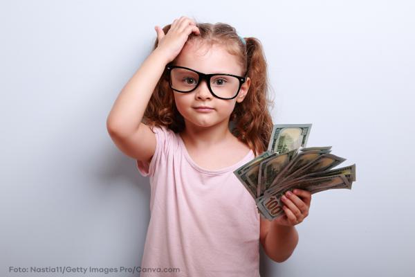 Nachdenkliches Mädchen mit Brille und Geld: Wird ihre Rente reichen?