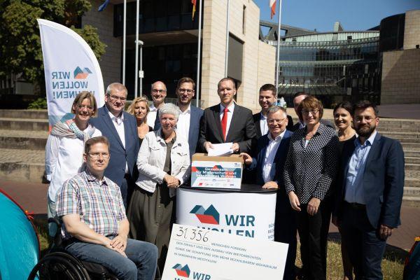 Wir wollen wohnen überreicht Unterschriften für bezahlbares Wohnen vor Düsseldorfer Landtag
