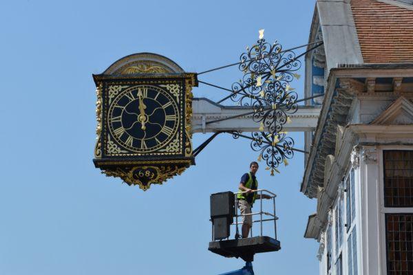 Eine Uhr wird repariert. (Foto: CC BY Matt Brown/Flickr.com)